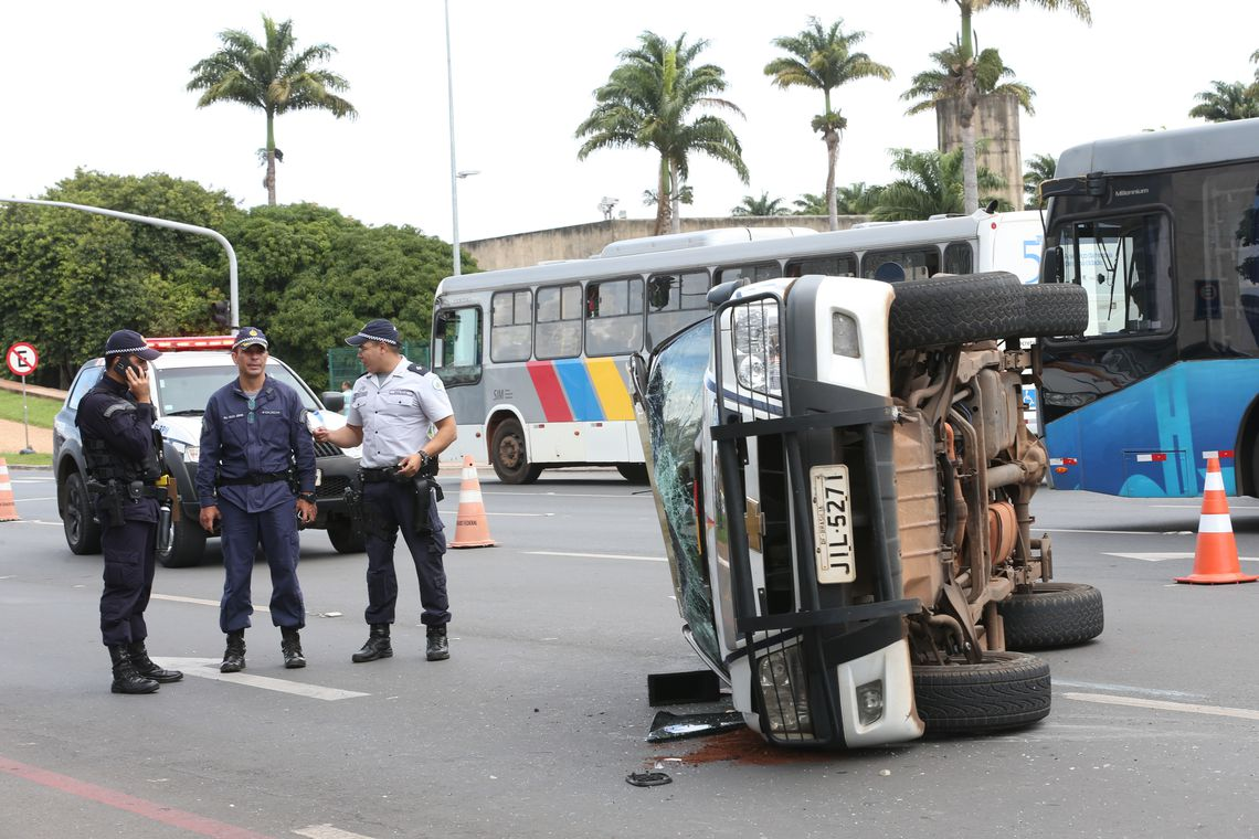 Brasília - Viatura da Policia Militar do Distrito Federal, capota em frente do Palácio do Planalto (Antonio Cruz/ Agência Brasil)