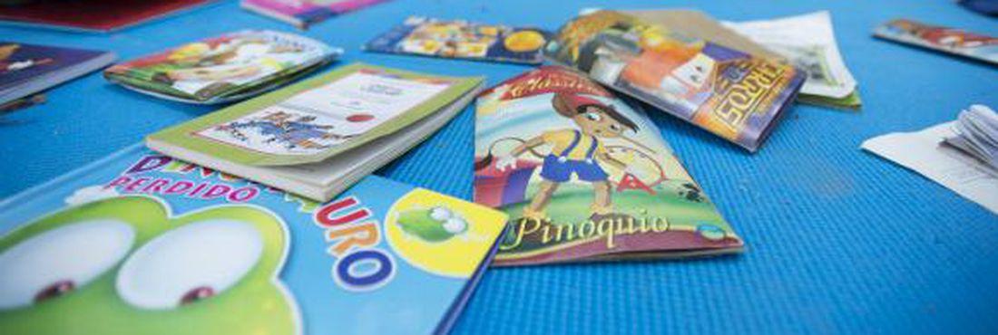 Crianças trocam livros em Brasília