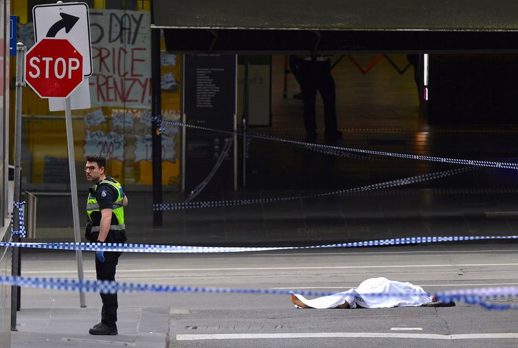 ATTENTION EDITORS - VISUAL COVERAGE OF SCENES OF INJURY OR DEATH A policeman stands near a body covered with a sheet near the Bourke Street mall in central Melbourne, Australia, November 9, 2018.      AAP/James Ross/via REUTERS    ATTENTION