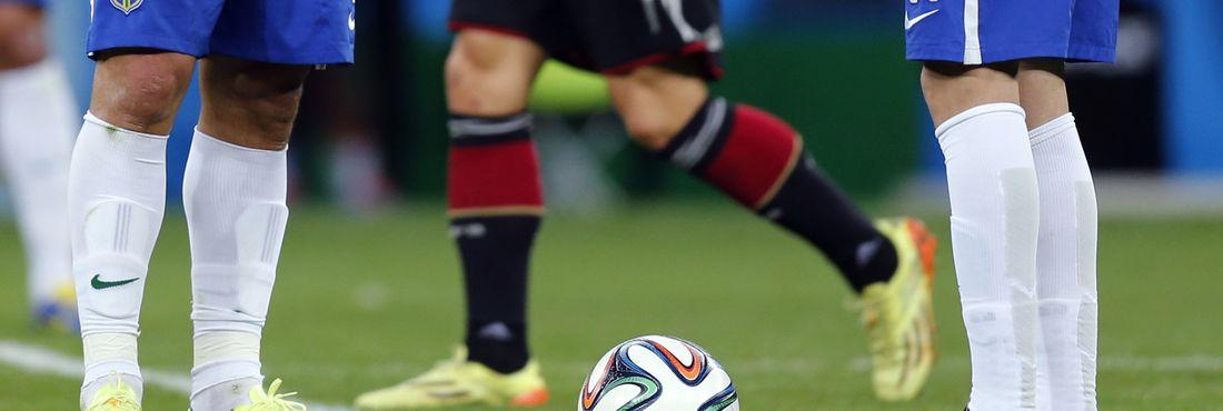 Os jogadores da seleção brasileira Fred e Oscar parecem sentir o peso da goleada alemã