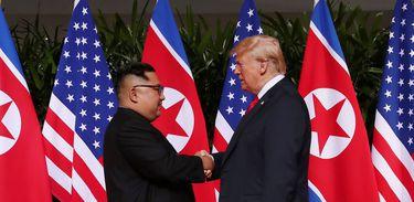 Presidente dos EUA, Donald Trump, aperta a mão do líder da Coreia do Norte, Kim Jong Un - Reuters/Jonathan Ernst/Direitos Reservados