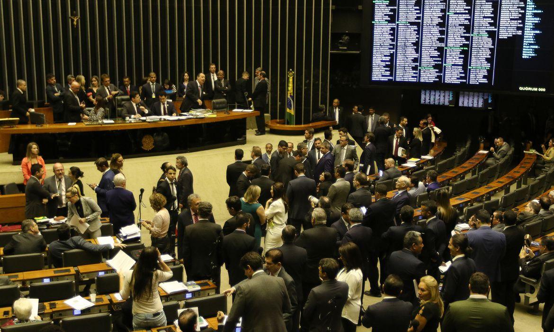 O Presidente do Congresso, Davi Alcolumbre, acompanhado do presidente da Câmara, Rodrigo Maia, preside sessão do Congresso Nacional para votar itens vetados de projetos de lei.