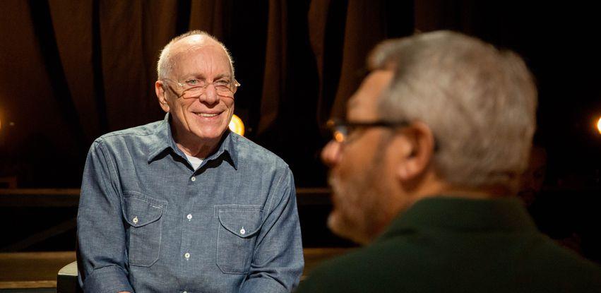 Ator e diretor Ary Coslov é entrevistado pelo professor Antonio Gilberto no Atos