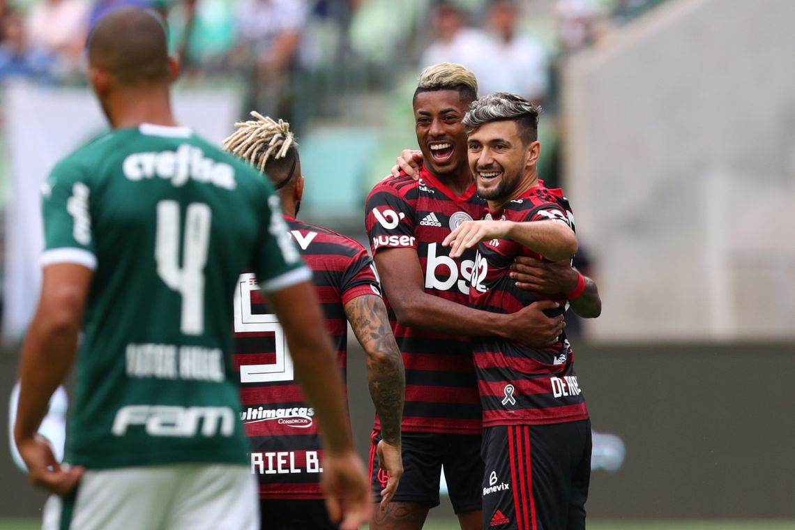 Soccer Football - Brasileiro Championship - Palmeiras v Flamengo - Allianz Parque, Sao Paulo, Brazil - December 1, 2019   Flamengo's Georgian De Arrascaeta celebrates scoring their first goal with teammates   REUTERS/Amanda Perobelli