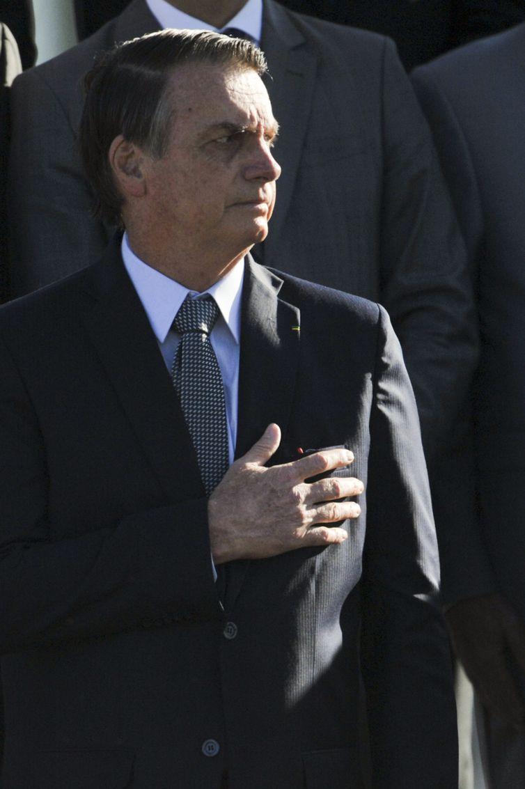 O Presidente da República, Jair Bolsonaro, a primeira dama, Michele Bolsonaro e ministros de Estado participam da cerimônia de hasteamento da Bandeira Nacional, na área externa do Palácio da Alvorada.