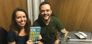 """Apresentadora Isabela Azevedo entrevista o jornalista Rodrigo Vizeu, autor do livro """"Os Presidentes"""""""