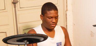 Conheça a história do baterista Thiago Portela. Ele tem deficiência visual e teve seu primeiro contato com o instrumento ainda durante a infância, enquanto estudava no Instituto Benjamim Constant