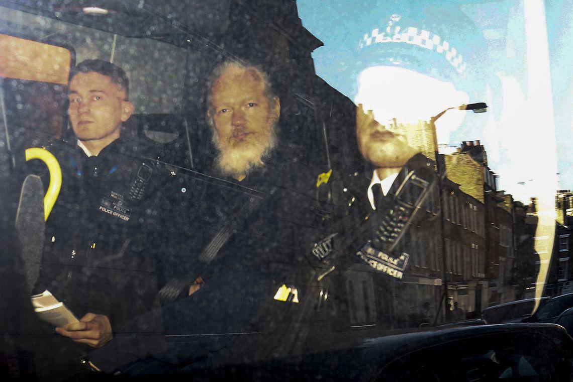 O fundador do WikiLeaks, Julian Assange, deixa o Tribunal de Magistrados de Westminster na van da polícia, depois de ser preso em Londres, na Grã-Bretanha.