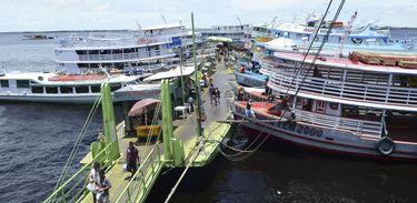 Barcos em porto de Manaus