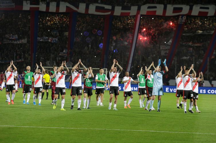 Soccer Football - Copa Libertadores - Quarter Final - Second Leg - Cerro Porteno v River Plate - General Pablo Rojas Stadium, Asuncion, Paraguay - August 29, 2019 River Plate players applaud fans after the match REUTERS/Jorge Adorno