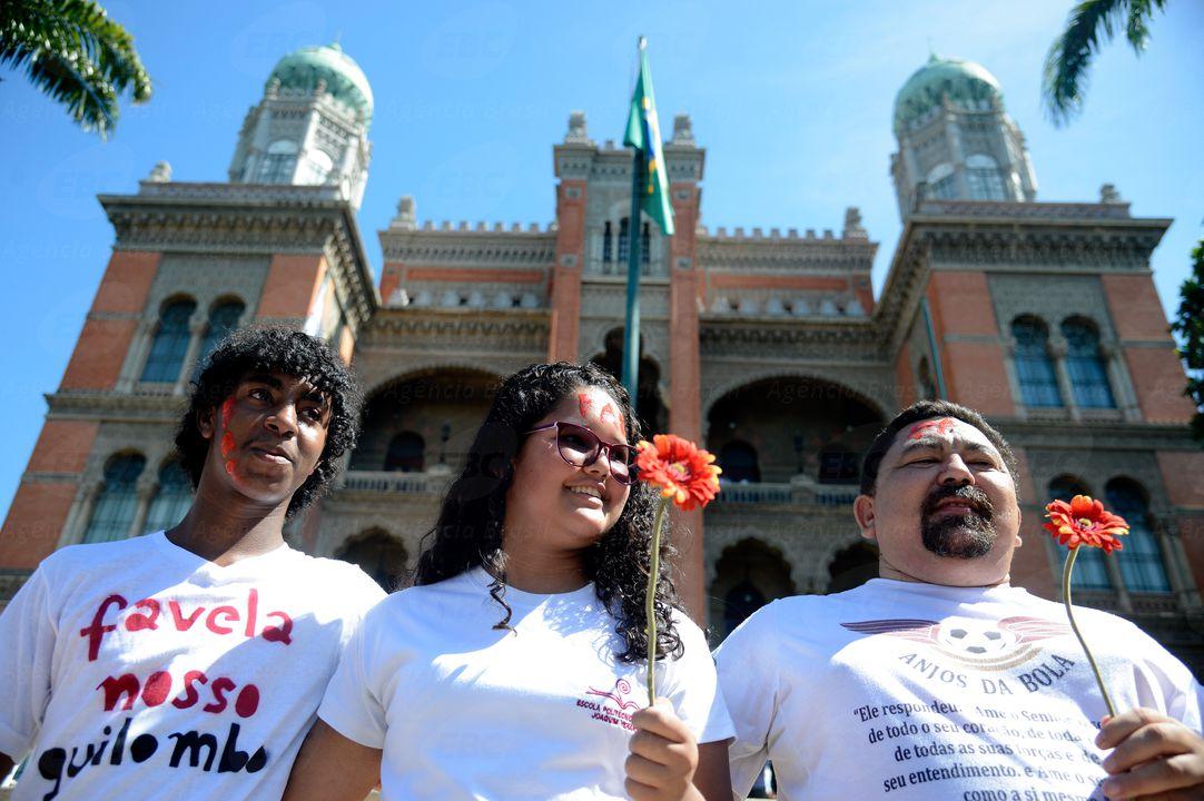 Rio de Janeiro - Fiocruz promove ato contra a violência em Manguinhos com a participação de trabalhadores, estudantes, moradores e movimentos sociais da região  (Tânia Rêgo/Agência Brasil)
