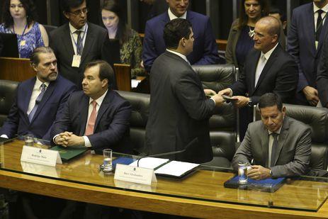 O ministro da Casa Civil, Onyx Lorenzoni, entrega mensagem do presidente Bolsonaro, durante sessão solene do Congresso Nacional de abertura dos trabalhos legislativos de 2019.