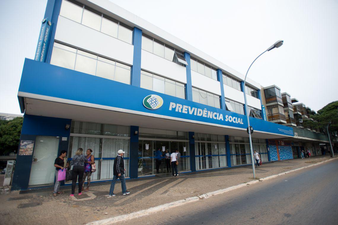 Servidores do Instituto Nacional do Seguro Social (INSS) entraram em greve por tempo indeterminado. Eles reivindicam reajuste salarial de 27,5% e melhores condições de trabalho.