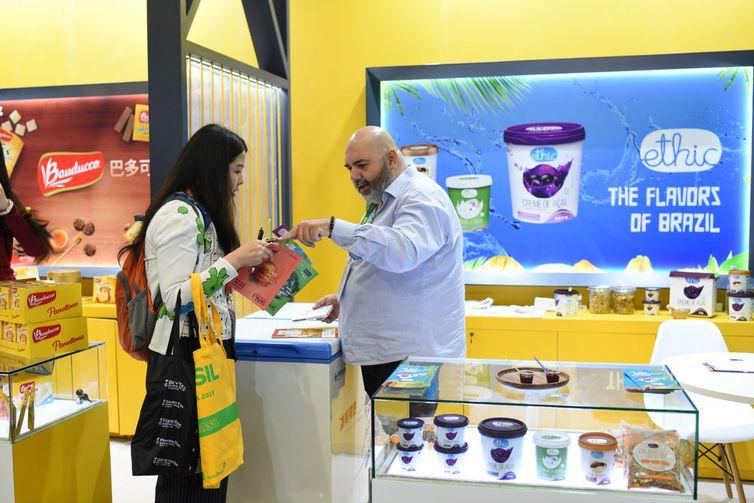 Empresas brasileiras participam da SIAL China 2019 em Xangai  Feira de alimentos e bebidas é uma das maiores do mundo