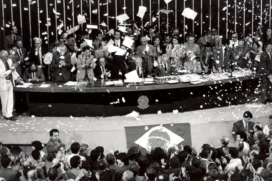 """""""Declaro promulgado o documento da liberdade, da democracia e da justiça social do Brasil"""", disse o então presidente da Assembleia Nacional Constituinte, Ulysses Guimarães, ao promulgar a nova Constituição Federal de 1988."""