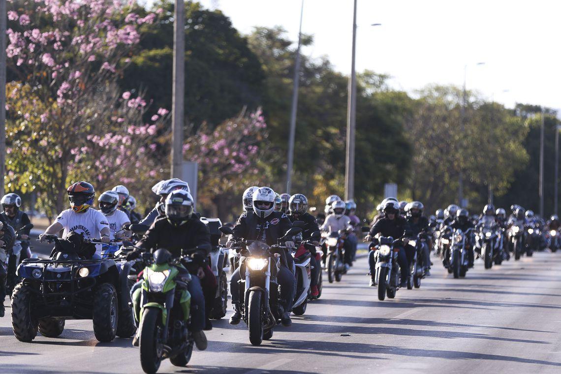 Brasília -  Motociclistas fazem passeio pelas ruas de Brasília como parte do encerramento do Capital Moto Week (Marcelo Camargo/Agência Brasil)