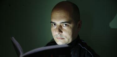 Retrato do jornalista e escritor Vitor Abdala, que lança o romance de terror policial Caveiras, editora Generale.