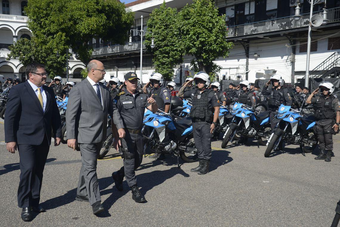 O governador Wilson Witzel participa de entrega, pelo Gabinete de Intervenção Federal, de viaturas para a Polícia Militar no Batalhão de Choque, no centro do Rio.