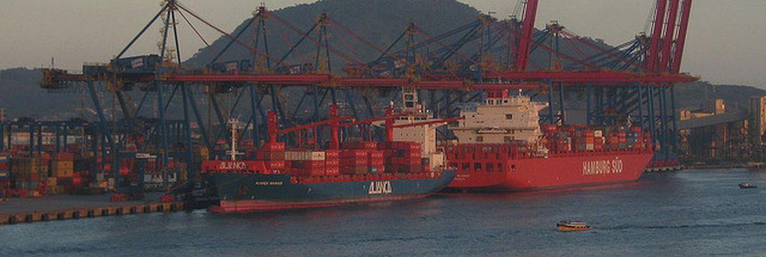 Navios atracados no Porto de Santos, em São Paulo. Foto: EBC
