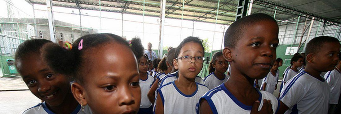 Crianças devem cantar o Hino Nacional nas escolas.