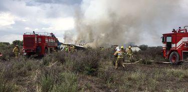Um avião da companhia Aeroméxico caiu hoje (31) no Aeroporto Guadalupe Victoria, em Durango, no norte do México.