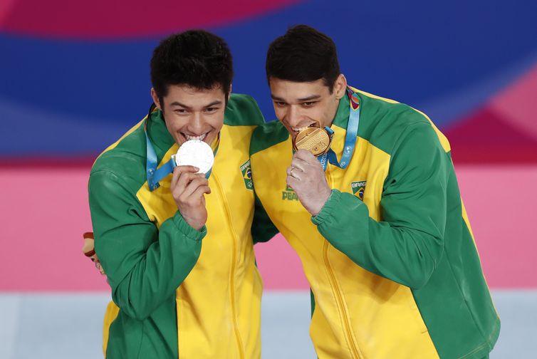 Ginástica Artística, O brasileiro Carlos Barretto comemora com o compatriota Arthur Nory no pódio depois de ganhar ouro e prata, respectivamente