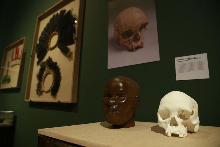 Réplicas do crânio de Luzia na exposição Museu Nacional Vive - Arqueologia do Resgate, a primeira com peças retiradas do incêndio, no Centro Cultural Banco do Brasil.
