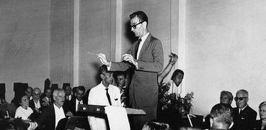 Edino Krieger regendo a Orquestra Sinfônica Nacional (OSN)
