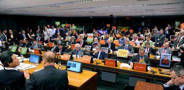 Comissão especial da Câmara debate relatório sobre mudanças na Lei dos Agrotóxicos