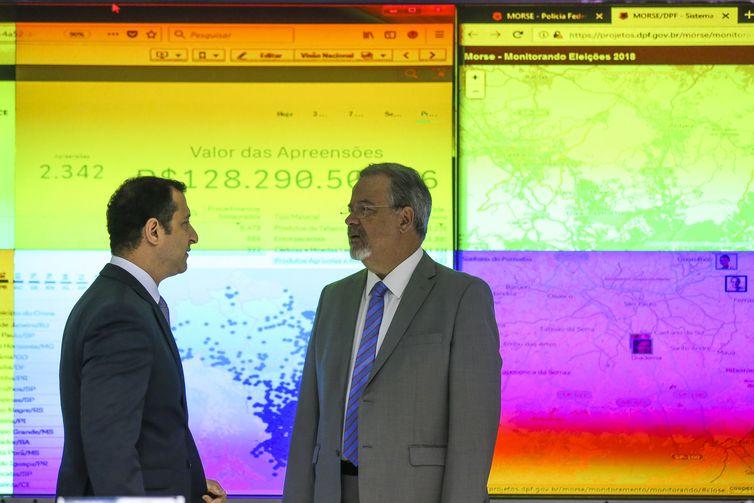 O ministro da Segurança Pública, Raul Jungmann, e o diretor da Polícia Federal, Rogério Galoro, participam da solenidade de abertura do Centro Integrado de Comando e Controle das Eleições Gerais de 2018 (CICCE).
