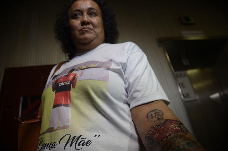 Parentes dos jogadores vítimas de incêndio no Ninho do Urubu, após audiência de mediação com o Clube de Regatas do Flamengo. Foto: Marília de Barros, mãe de Arthur Vinícius, 14 anos, tatuou a foto do filho com a camiseta do Flamengo.