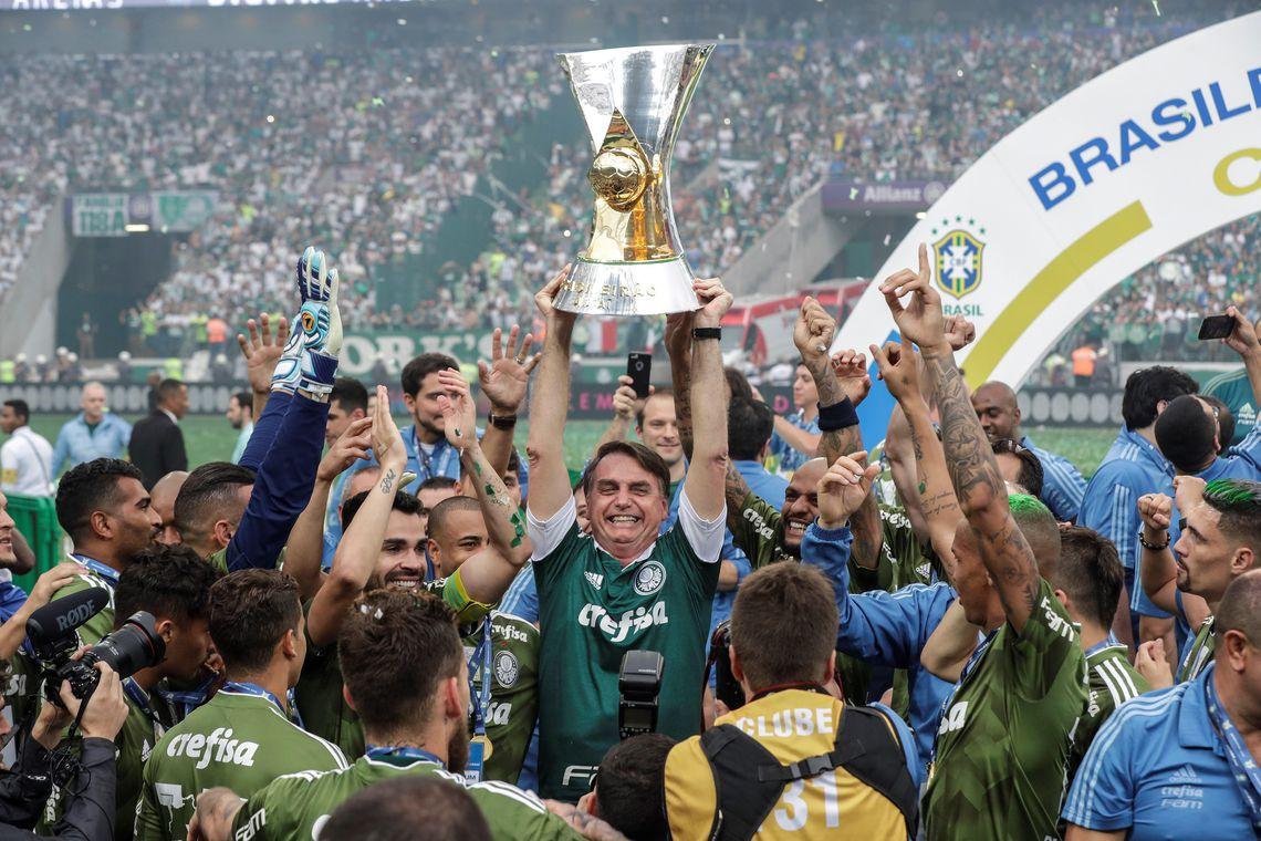 Bolsonaro acompanha vitória do Palmeiras e entrega taça de campeão ... b5c24c5865868