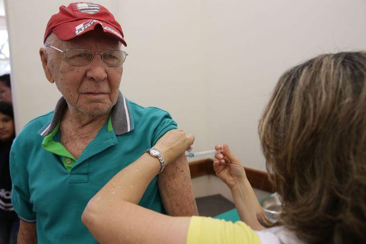Campanha de vacinação contra a Gripe no Posto de Saúde do Distrito Federal. Foto: Sr. Gennes Rocha de 90 Anos
