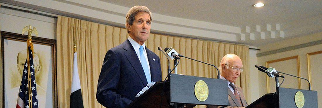 John Kerry e Sartaj Aziz
