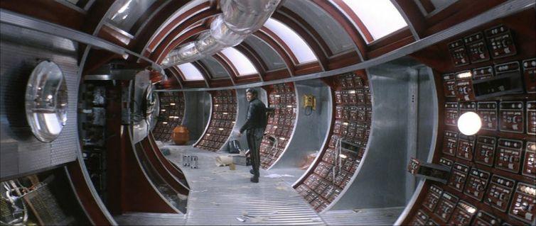 Renomado psicólogo Kris Kelvin é enviado para estação espacial