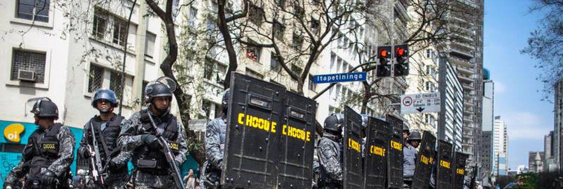 Policiais Militares e moradores sem teto que ocupam um prédio na Avenida São João, na região central da capital paulista, entraram em confronto no início da manhã dessa terça (16), quando foi iniciada a reintegração de posse do edifício de 20 andares