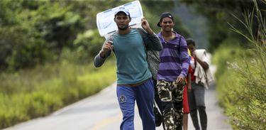 Grupo de imigrantes venezuelanos percorre a pé o trecho de 215 km entre as cidades de Pacaraima e Boa Vista.
