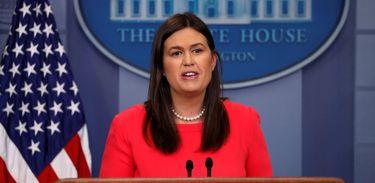 A porta-voz da Casa Branca, Sarah Sanders, atende à imprensa no briefing diário.