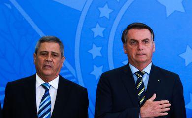 O novo ministro da Casa Civil, Walter Souza Braga Netto e o presidente Jair Bolsonaro, durante cerimônia de posse no palácio do Planalto
