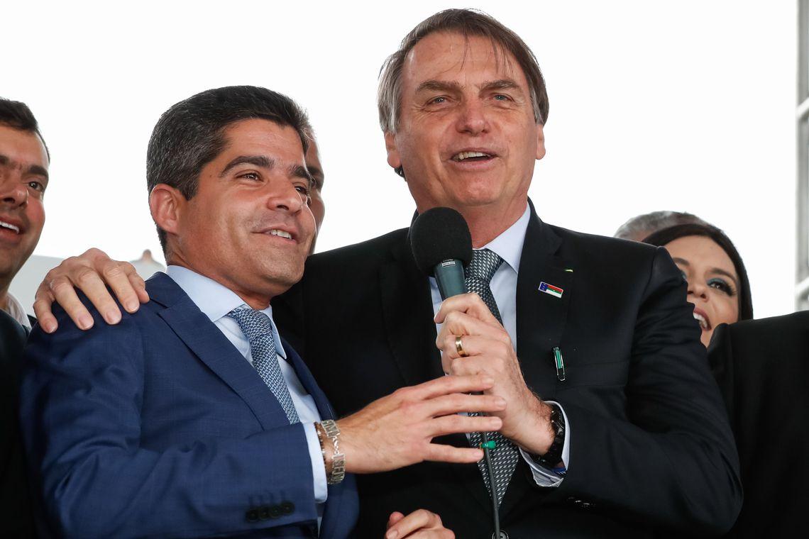 O presidente Jair Bolsonaro  e o  prefeito de Salvador, ACM Neto, durante cerimônia de inauguração do Aeroporto Glauber Rocha, em Vitória da Conquista (BA).