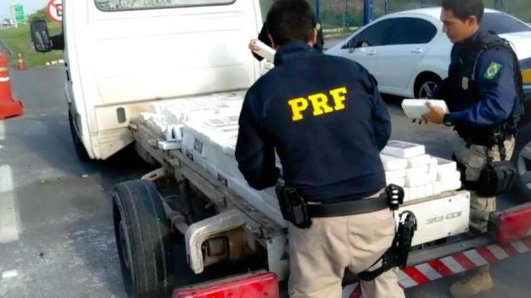 PRF apreende no Rio carregamento de cocaína escondida em uma caminhonete
