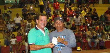 Mototaxistas de Tabatinga (AM) recebem carteirinhas de concessão