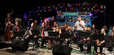 Roger de Renor apresenta César Michiles e aTransversal Frevo Orquestra