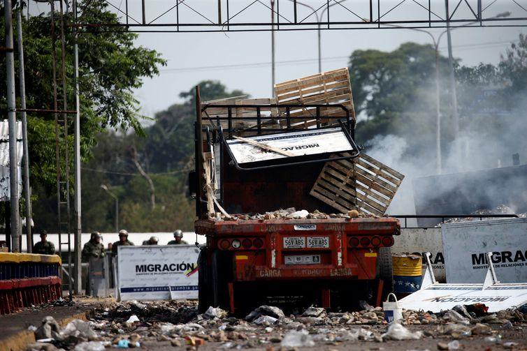 Um caminhão queimado, usado para transportar ajuda humanitária, é visto na ponte entre Francisco de Paula e Santander, entre Colômbia e Venezuela, depois de confrontos com partidários da oposição e forças de segurança da Venezuela, em Cucuta
