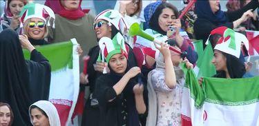 jogo no irã com a presença de mulheres no estádio