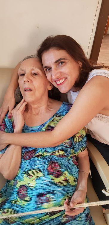 A professora universitária e escritora Cinthya Amaral, de 45 anos, ao lado da mãe, Miriam Amaral, 69 anos]
