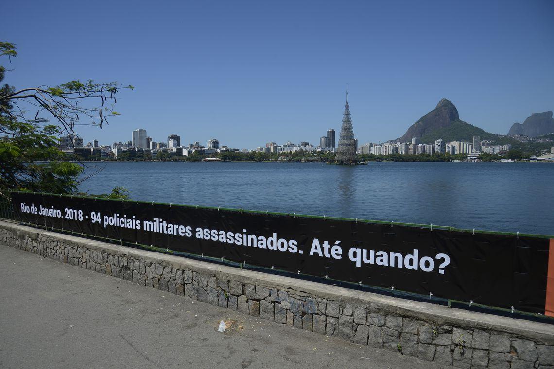 Rio de Paz coloca faixa na Lagoa com o número de PMs mortos no Rio