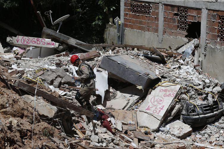 Deslizamento de enconta no Morro da Boa Esperança. Vítimas foram soterradas quando uma rocha se partiu, levando junto casas, árvores e muita lama, na madrugada de sábado (10).