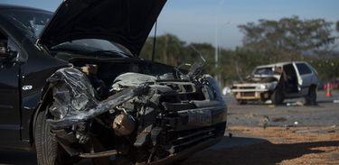 Acidente com dois carros no Eixão Sul, em Brasília, causou uma morte e deixou quatro pessoas feridas