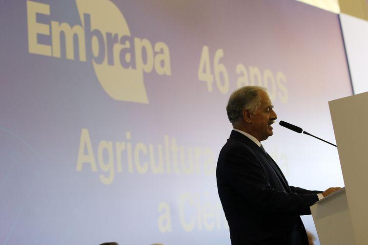 O presidente da embrapa, Sebastião Barbosa, participa de solenidade comemorativa dos 46 anos da Empresa Brasileira de Pesquisa Agropecuária (Embrapa)